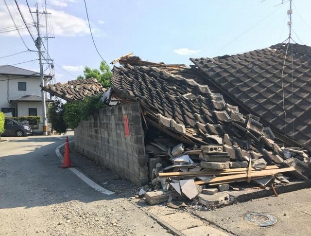 ブロック塀が倒壊した木造建築物の流出を防ぐ