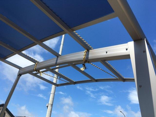 台風で飛んだ屋根を取り換える