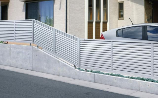目隠しって言ったのに、フェンスには隙間がある【フェンスの罠】