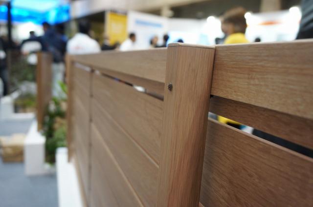 LIXILフェンスAA 柱も木調化のこだわり