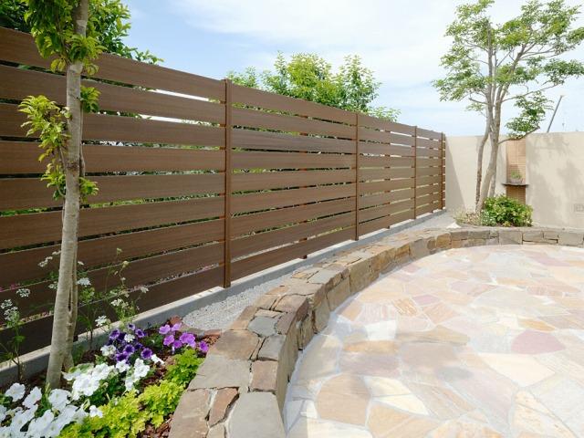 樹脂フェンスは、まるで天然木フェンスのような質感
