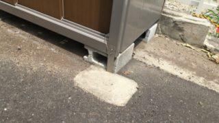 駅のホームなどで固定が難しい場合は、足元のコンクリートウエイト