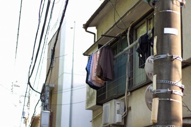 台風で飛ばないように洗濯物干し竿や鉢は片付ける