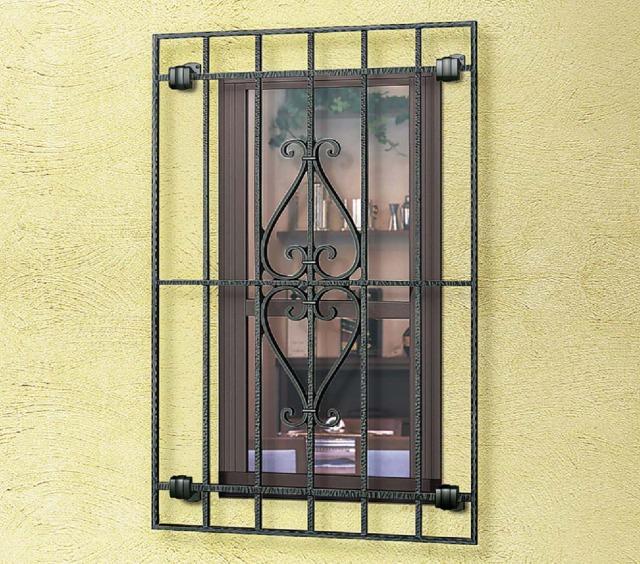 長い目でみれば、窓ガラスの保護という面で、面格子とシャッターが優秀。
