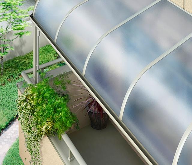 雨除けも兼ねて不透明な屋根パネルで「バルコニー屋根」