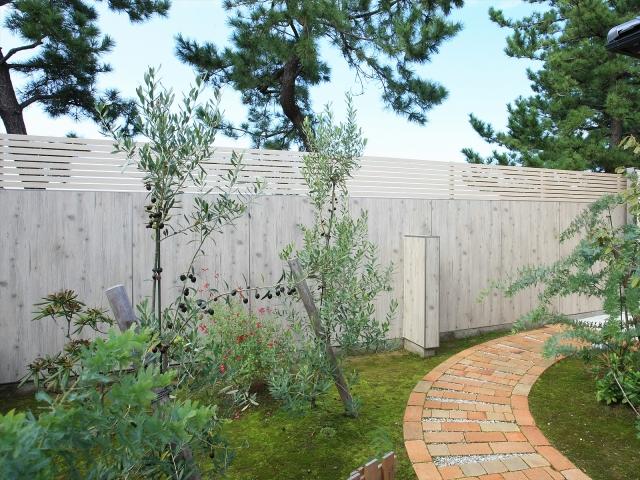 ブロック塀にデザインパネルを貼って隠す「エバーアートボード」(タカショー)