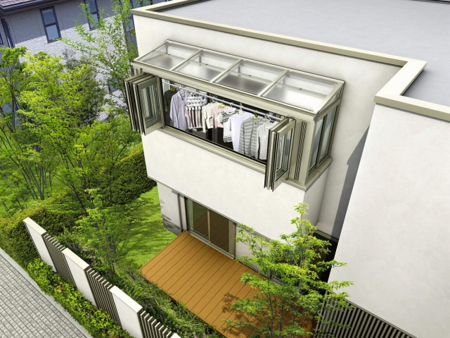 洗濯物を干したままの外出でも安心できるサンルームがあります