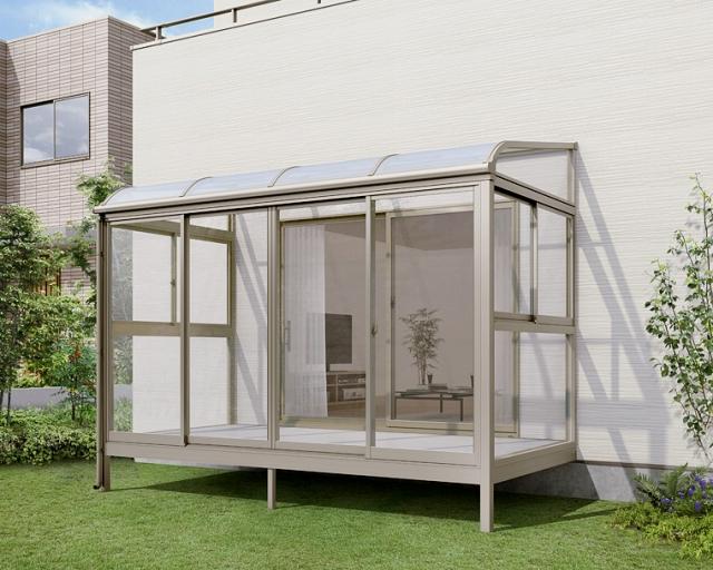 雨除けの屋根だけじゃなくて、3面ともガラスで囲う最強の洗濯物干し場