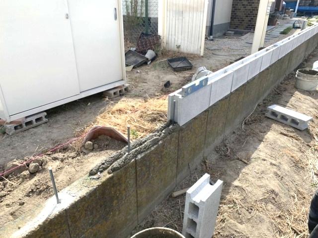 フェンスを立てる前提でブロックから積む場合