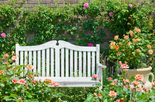 緑や花が映えるホワイト系のフェンス
