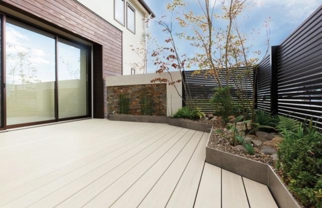 植栽スペースを確保しながら庭一面にデッキを敷きたい。